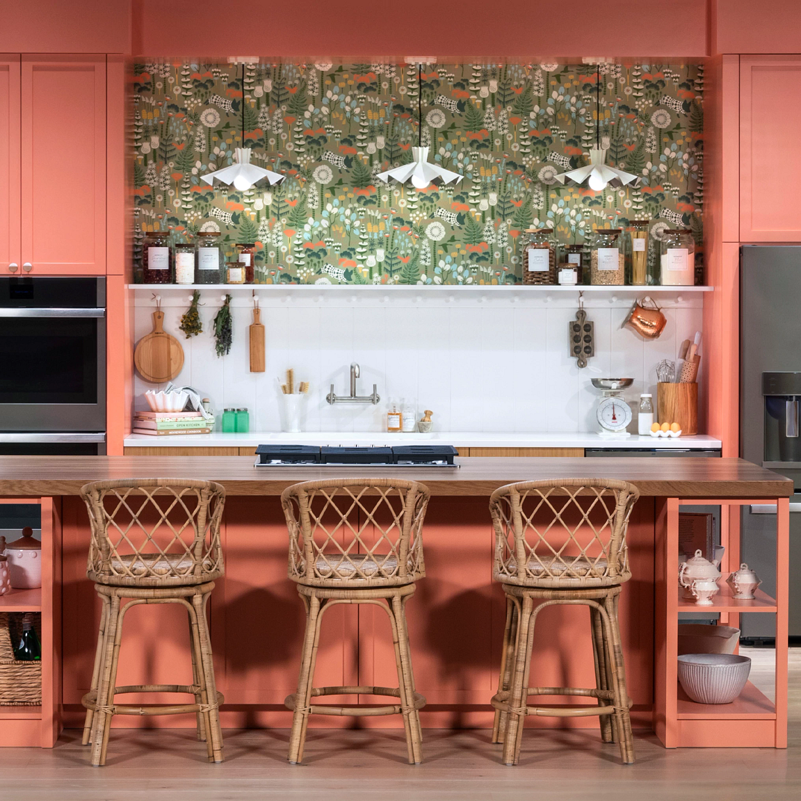 A kitchen with pink cabinets  Description automatically generated with medium confidence